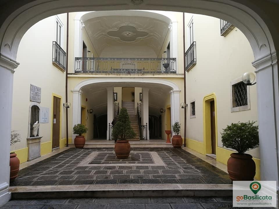 Atrio di Palazzo Gilberti, il municipio di Moliterno